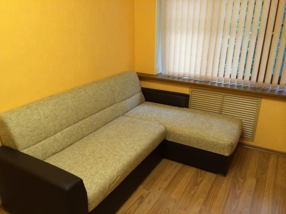 Угловой диван разбирается в 2-х спальную кровать.
