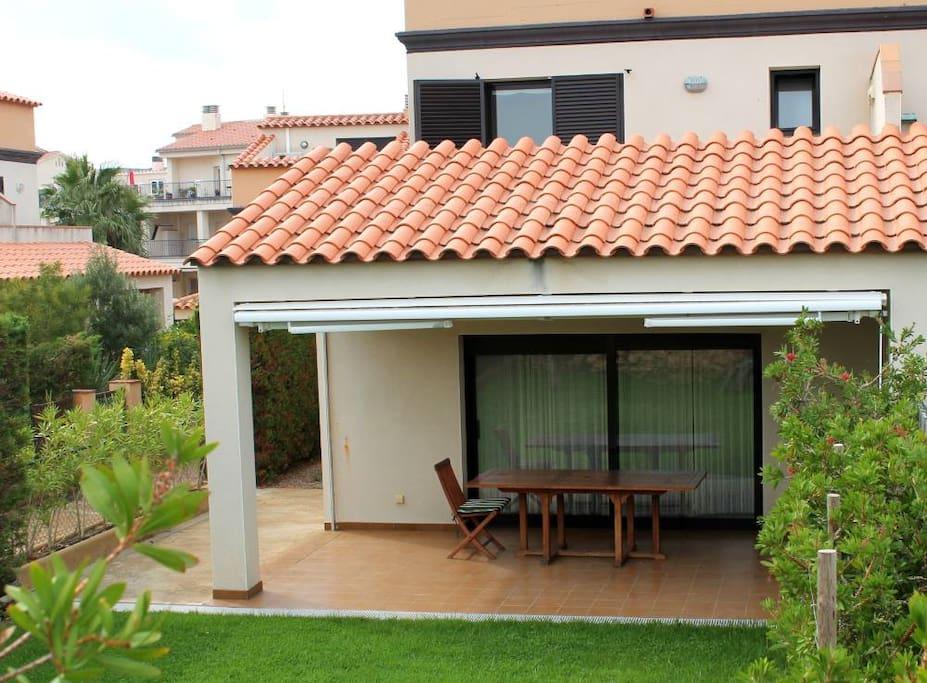 Casa vista desde el jardín