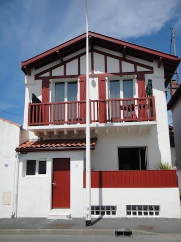 Biarritz  Côte des basques flat  in a basque house - Biarritz - Casa