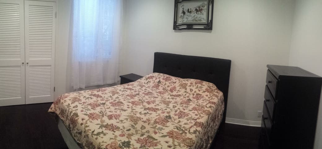 Spacious Private Bedroom Near Sunset & La Cienega