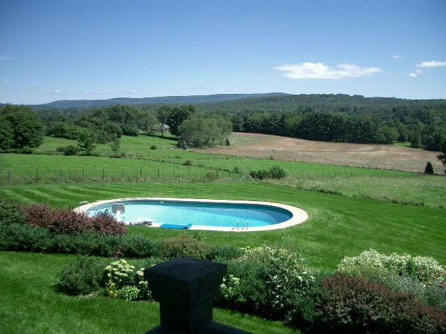 Romantic Berkshires Getaway, Pool, Splendid Views - Great Barrington - Cabin