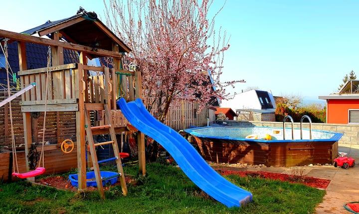 Oranges Ferienhaus mit Whirlpool 🏕