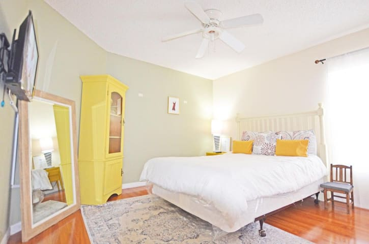 Colorful, Lively & Sparkling clean close to Disney