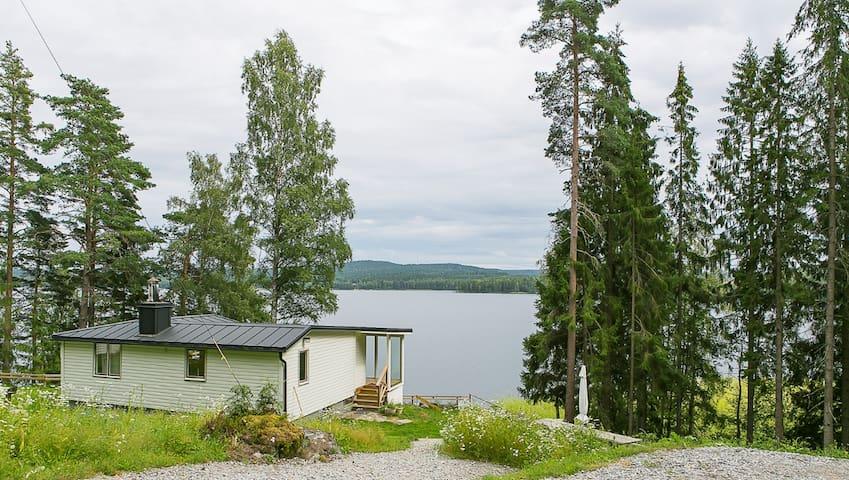 Fritidshus med egen strand och brygga