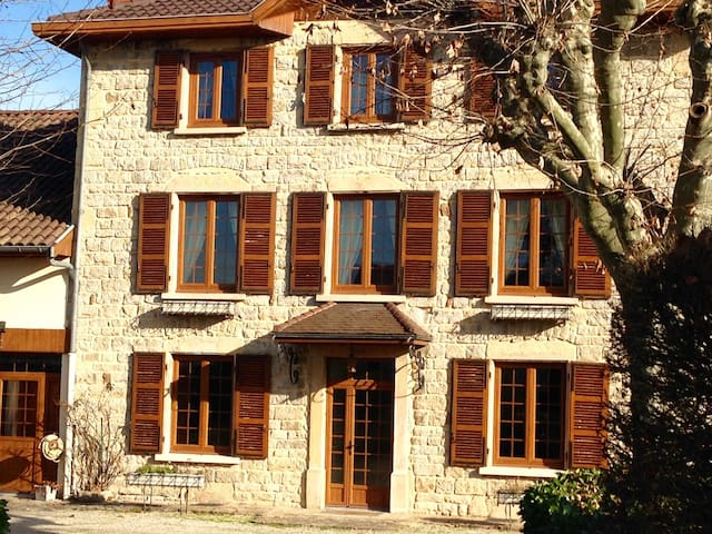 Maison ancestrale meublée - Saint-Quentin-Fallavier - Hus