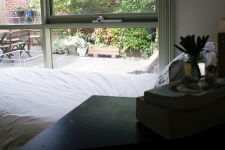 comfortable + sunny single room - Brunswick - House