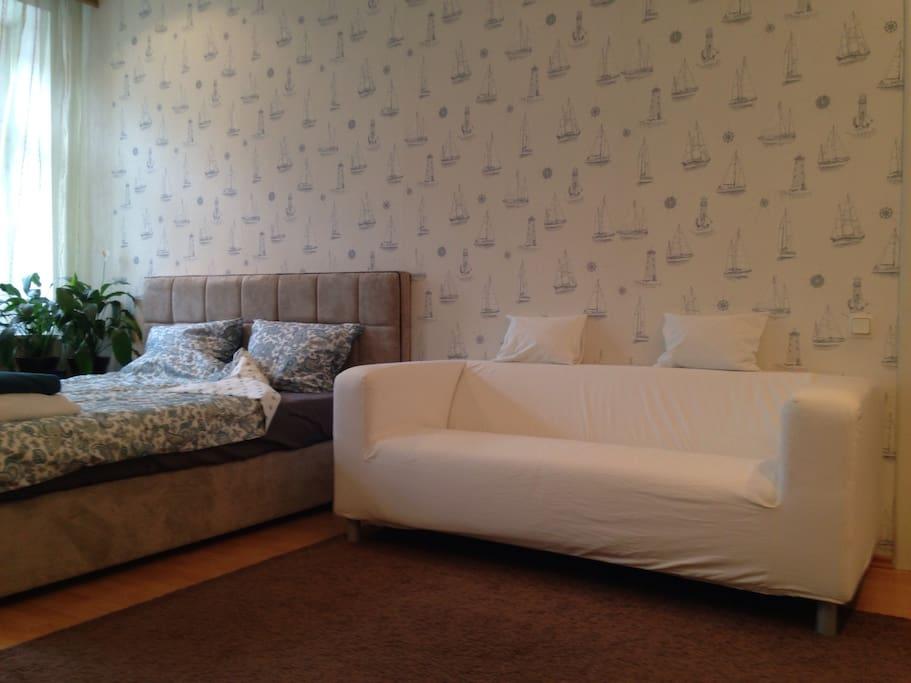 Большая спальня на 3 спальных места: 2-х спальная кровать (при запросе от гостей может быть разделена на 2 полноценных односпальных кровати) и диван-кровать (1 спальное место).