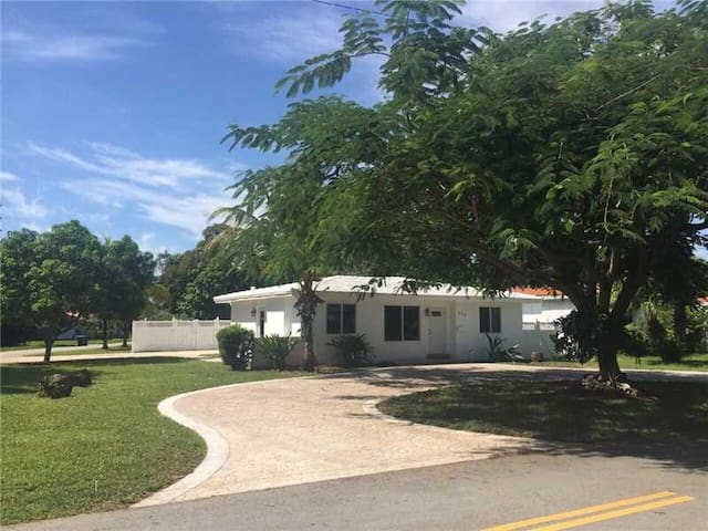 Spacious home with fruit trees - Biscayne Park - House