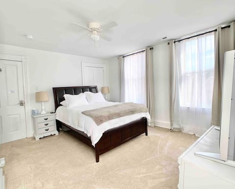 Elegant room in upscale downtown home (Room 4)