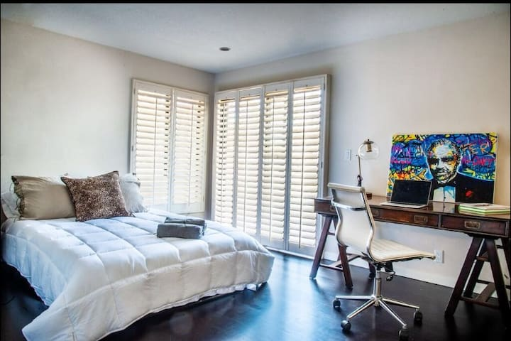 HUGE 3BR LUX CONDO&PARKING- WALK TO THE GROVE+WEHO