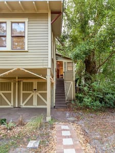 This adorable carriage house is perfect for a couple. Shaded by 100 year old trees, a spacious yard, and tons of light. The kitchen is completely updated and there is even room to sit and eat a quick meal. 10 minutes from downtown!