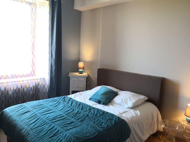 Chambre 1 «bleu» lit 140x190 deux chevets et dressing