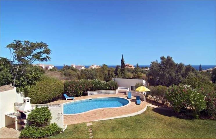 B&B, piscine, beau jardin, vue mer
