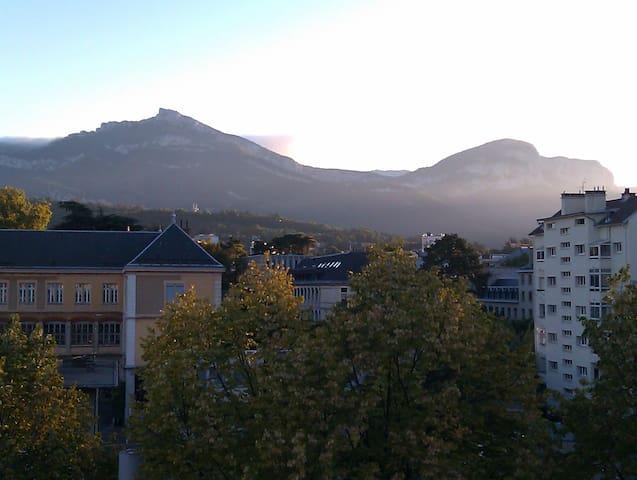 Vaste studio, vue montagne, balcon
