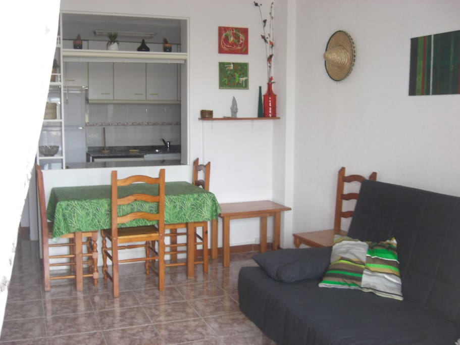 le salon avec le coin repas/the living room and the table for lunches