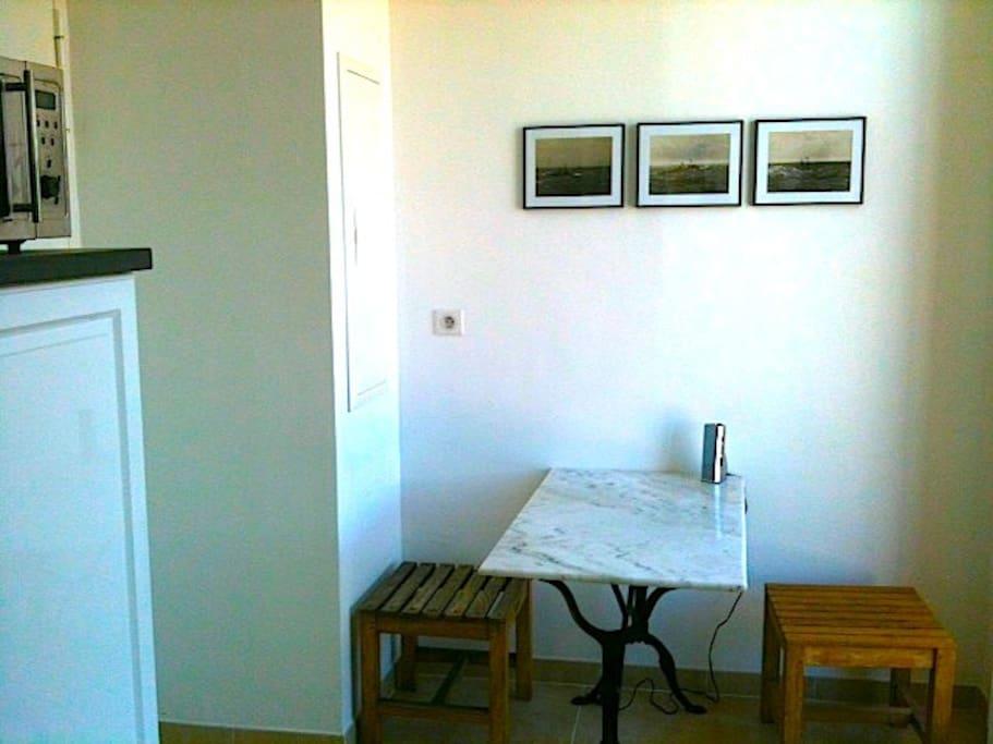 Coin repas de la cuisine avec une jolie vue et un accès direct à la terrasse