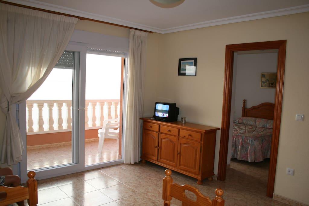 Wohnzimmer mit Zugang zum Balkon und Meerblick