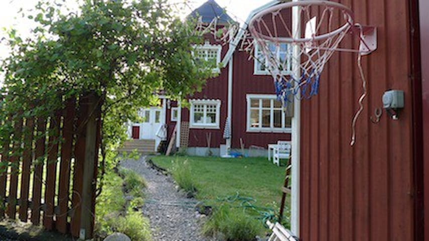 Charming villa in quiet, green area - Rönninge - Huis