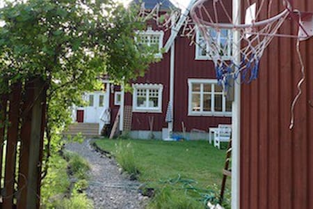 Charming villa in quiet, green area - Rönninge - Haus
