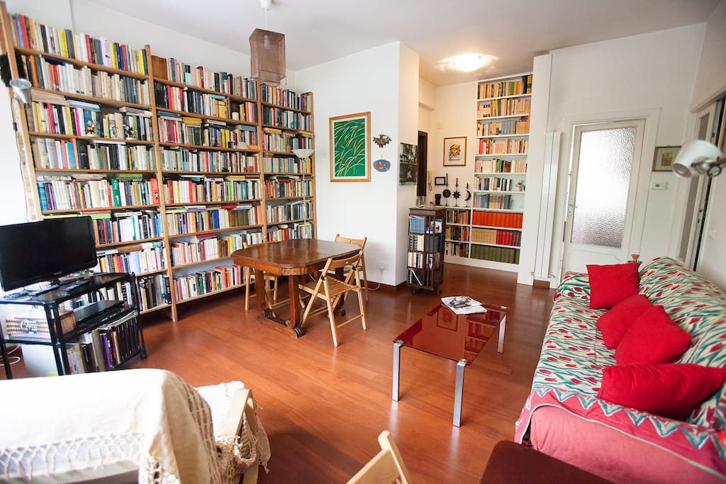 Luminoso soggiorno con tavolo da pranzo, zona tv, free wifi e migliaia di libri - Bright living room, tv set, free wifi & thousands of books