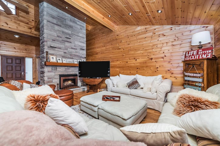 Luxury Lakeside Cottage w/Hot Tub by Ski & Trails - Orillia - Casa de campo