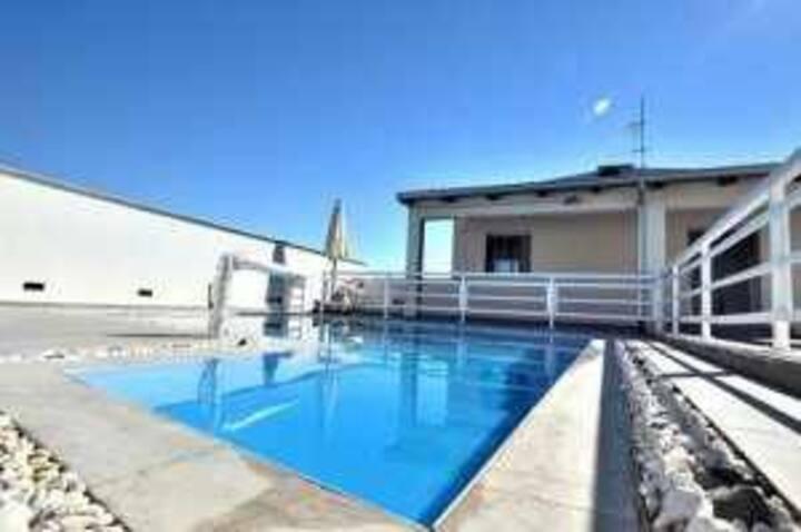 AL062 Bellissima villa con piscina privata vicino al mare clima-wifi-bbq