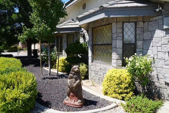 Beautiful Private Guesthouse right off Freeway
