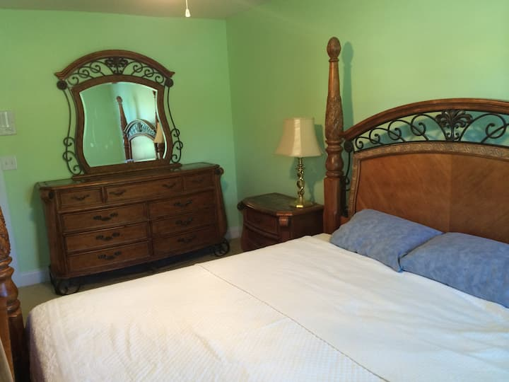 Guest suite in quiet cul-de-sac