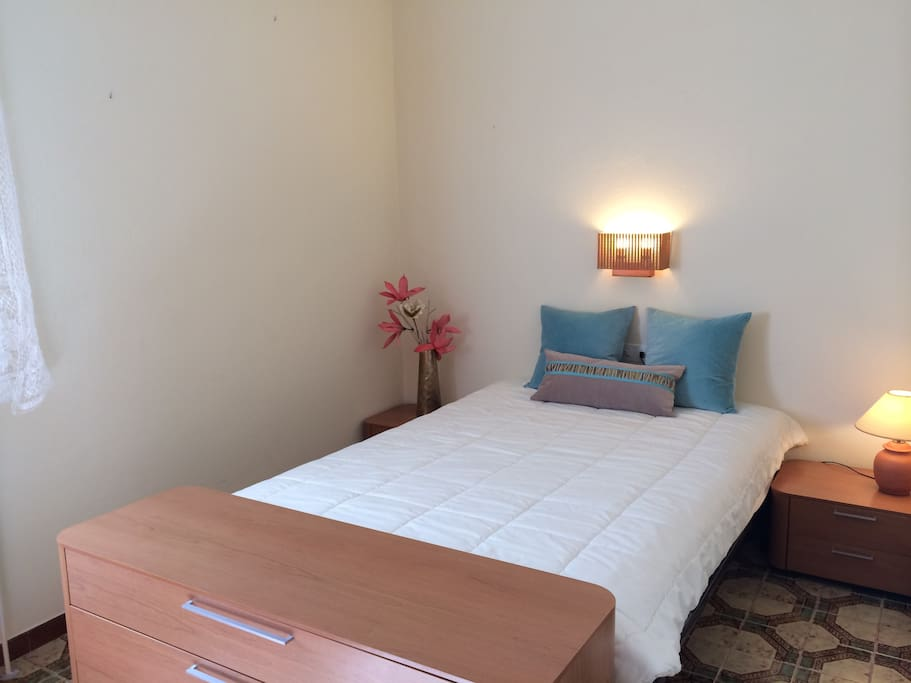 La habitación, con cama de matrimonio, muy acogedora