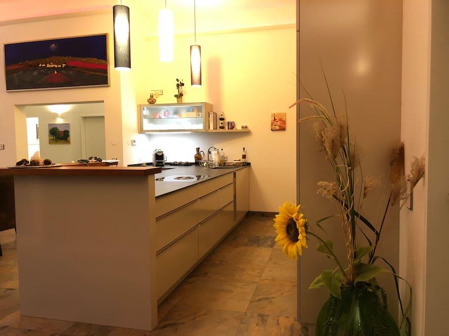 Sehr großzügige moderne Küche mit eigenen Bereich für Kaffee und Teeküche