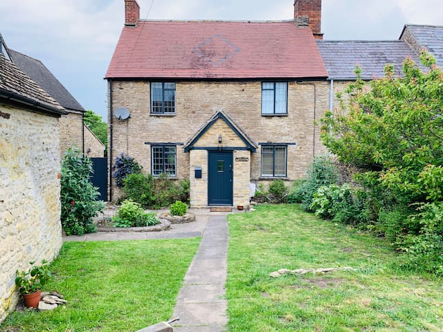 Charming boutique suite in 16th Century Cottage..