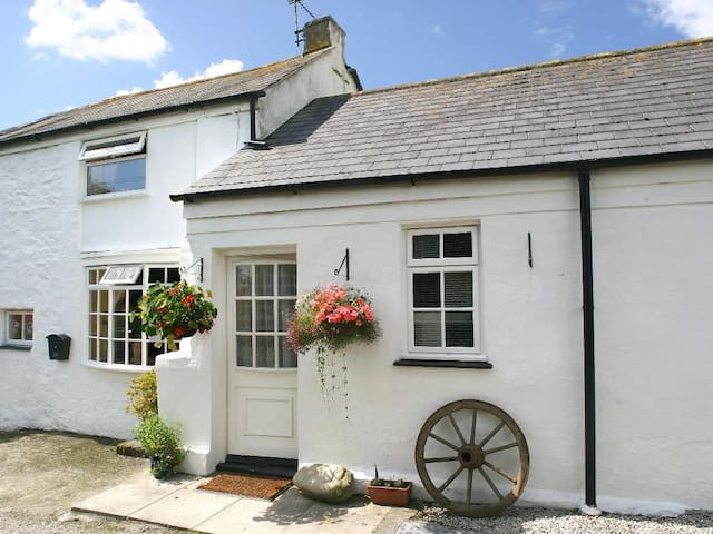 MANOR FARMHOUSE COTTAGE, with a garden in Redruth, Ref 959211