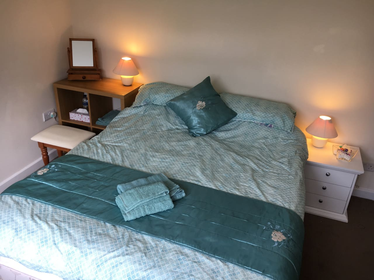 Private double room in lovely Oxfordshire village