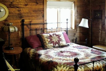 Bedroom in log home on the river - Amherst - House
