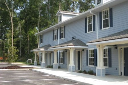 Private 1 BR in 2/3 lovely Townhome - Gainesville - Ev