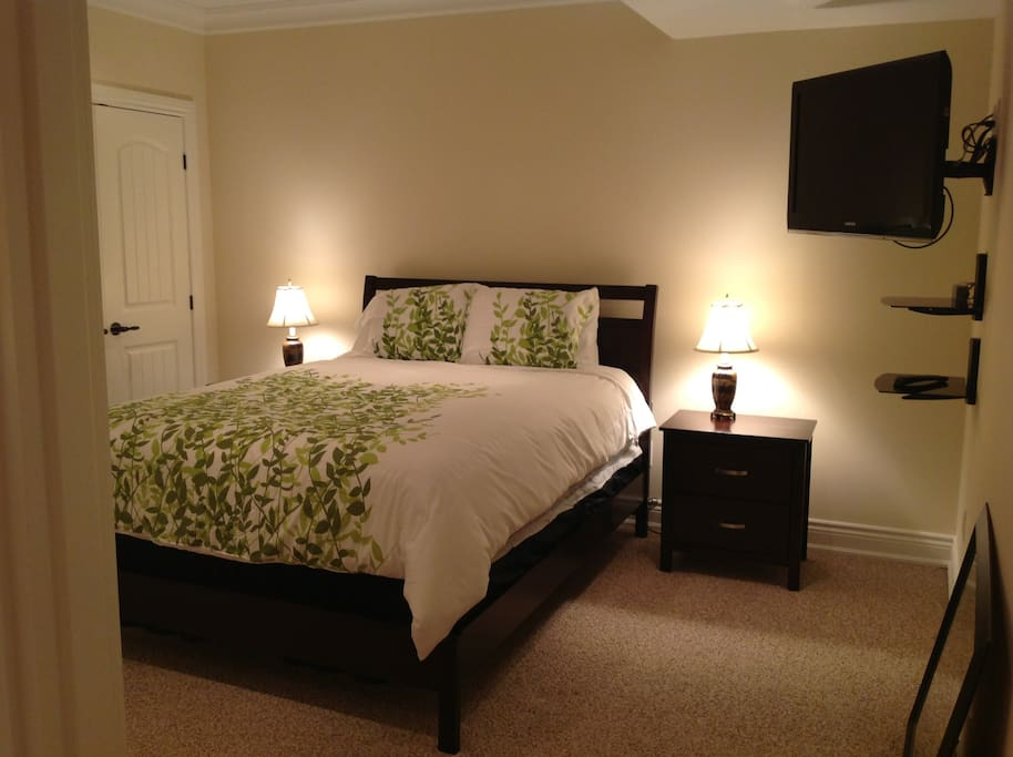 2nd Bedroom with new queen-sized bed.