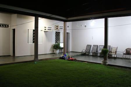 QUARTO DE SOLTEIRO COM BANHEIRO EXT - Cuiabá - Haus