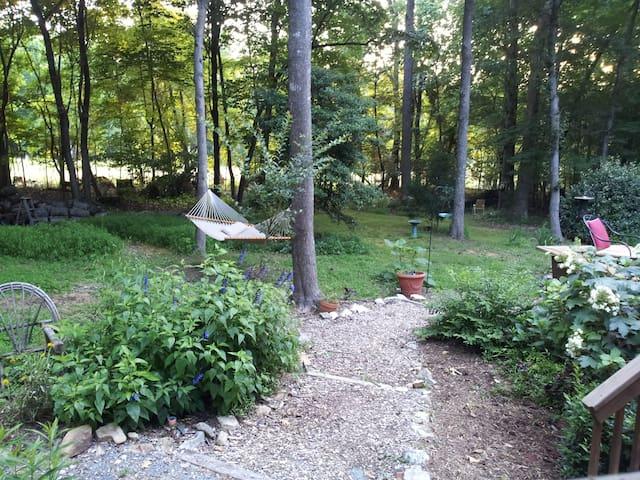 Garden Room in Rustic Woodland Home - Hillsborough - House