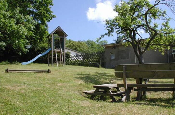 Spielplatz mit Grillstelle