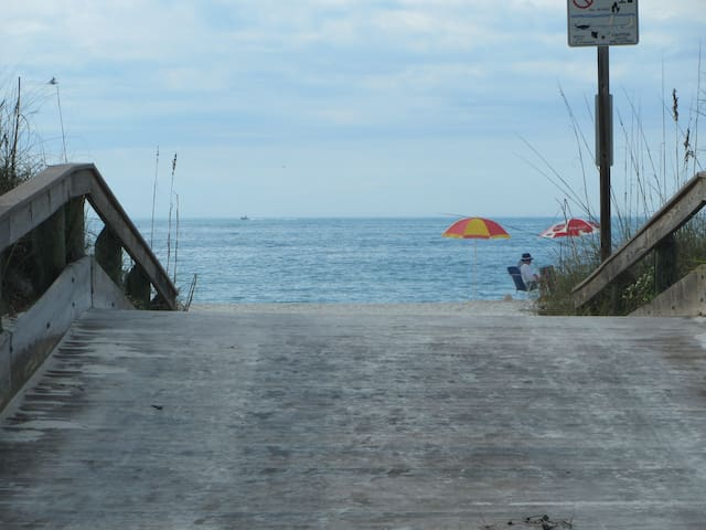 Sunny BeachHouse w/2bikes -steps 2 beach E2 - St. Pete Beach - 단독주택