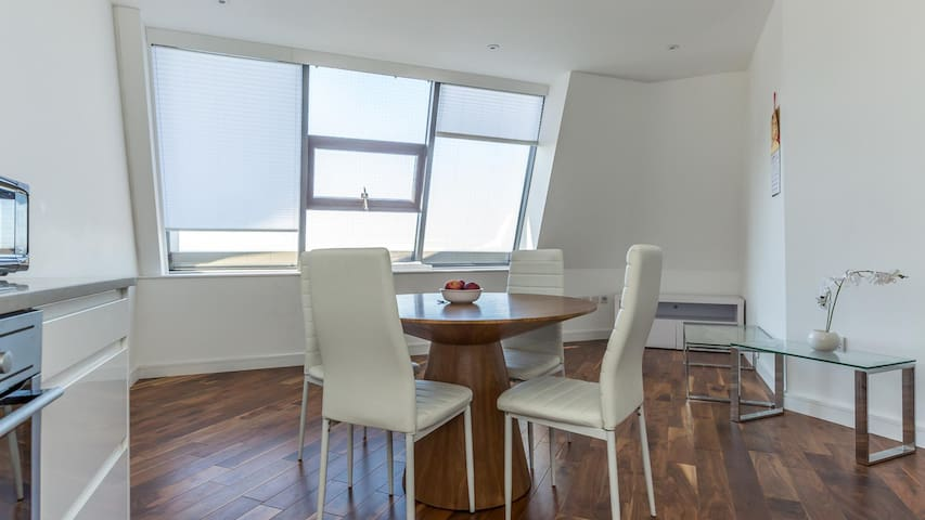 Convenient Modern 1BR Flat with Great Links to Central!