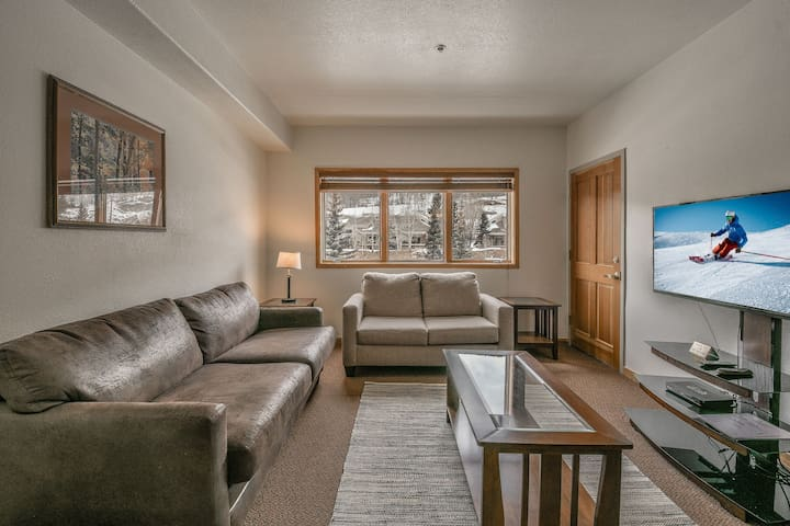 This perfect ski weekend getaway is close to the Village! Gateway Lodge #5031