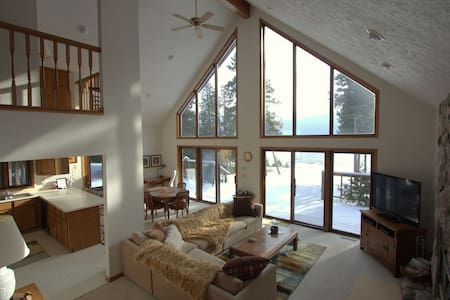 NORTH SHORE RETREAT (Manistique): Lake Michigan getaway! Wifi & cable