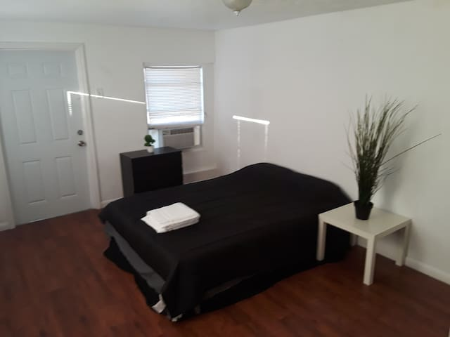 Master Bedroom w Bath and Private  entry Hollywood