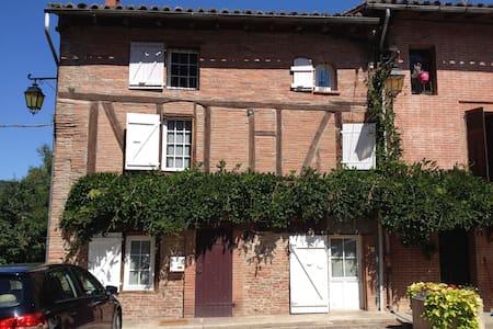 chambres dans maison de village - Buzet-sur-Tarn - House