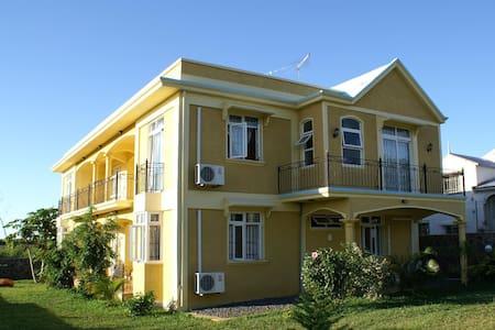 Apartment(downstairs)behind 5 stars hotel (Oberoi) - Balaclava
