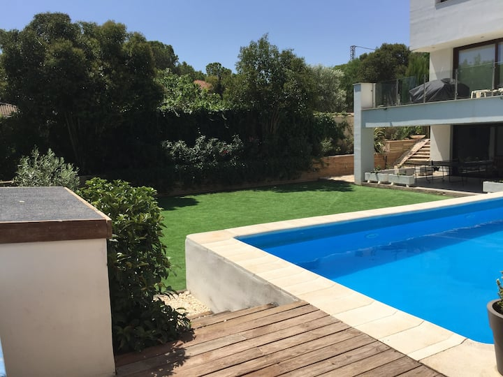 Luxurious Villa in prestigious Valencia area.