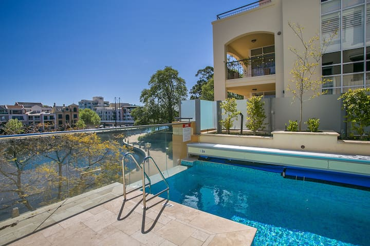 Luxe Large Apartment. Pool On-site Perfect Location. Walk to Optus Stadium & City. Free bus at doorstep