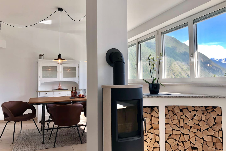 Ess- und Wohnzimmer mit Panoramablick auf die Berge