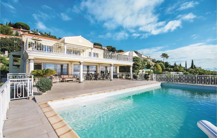 Awesome home in Les Issambres with WiFi, Outdoor swimming pool and 5 Bedrooms